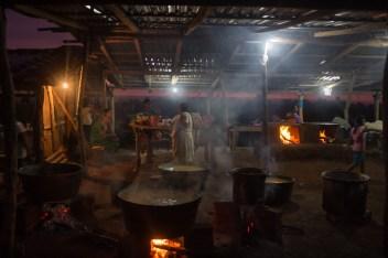 Las mujeres a cargo del fogón, el nixtamal, la tortilla, la comida para lxs invitadxs que llegarán al día siguiente.