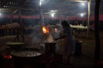 Cinco tinajas de nixtamal se prepararon para la fiesta. Cada familia de la comunidad se organizó para aportar de su maíz.