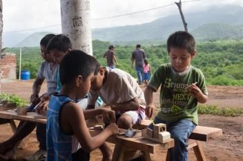 Un compañero de Morelia dio un taller para que lxs pequeñxs hicieran sus propios juguetes de madera.