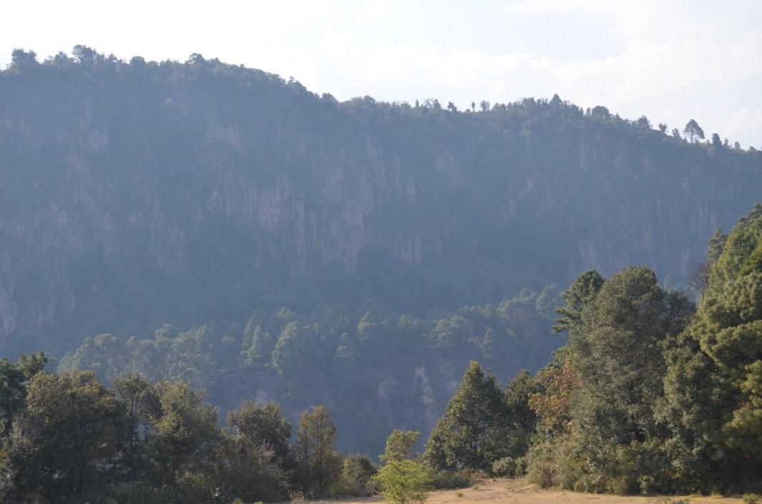 """2016. Peñascos en el bosque del """"Rio Grande"""" de la comunidad de San Pedro Tlanixco. Fotografía: José Luis Santillán."""