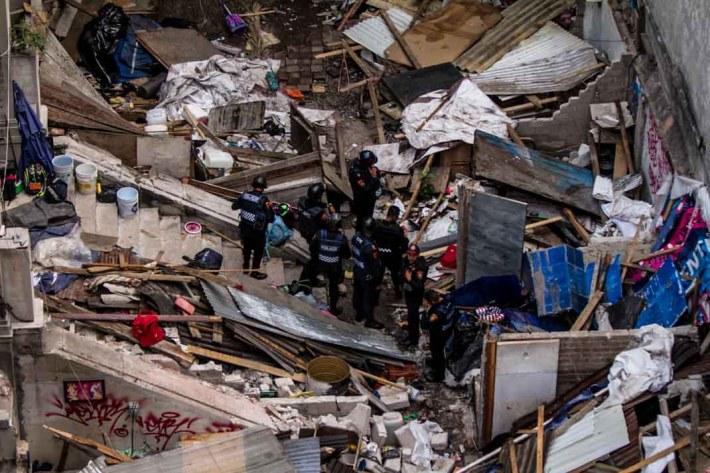 Elementos de la PBI escuchan Ordenes del oficial A. Del Valle dentro del predio desalojado en Londres #7 y Roma #18 de la colonia Juárez.
