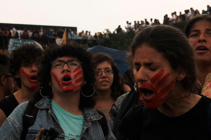 Ni una más / María Esparza Se formaron contingentes de mujeres separatistas, que exigieron justicia por sus compañeras violadas, acosadas y asesinadas. Los tambores sonaron, las manos se entrelazaban al grito de «No estas sola compañera, yo te creo»