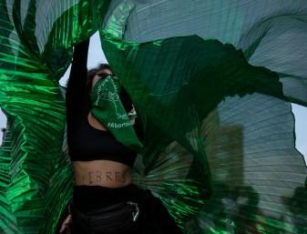 La marcha avanza sobre Av. Juárez y una mujer con un vestido de color verde comienza a dar vueltas en medio de la calle. En su cuerpo se lee la leyenda «Libres» mientras porta un pañuelo por el aborto legal, seguro y gratuito en todo México.