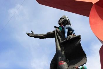 Pinta con la consigna «Machete al machote» en el monumento a Nezahualcóyotl, Ciudad Neza.