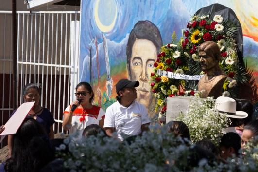"""El busto a la entrada de la Escuela Primaria """"Samir Flores Soberanes"""". Foto por Regina López."""