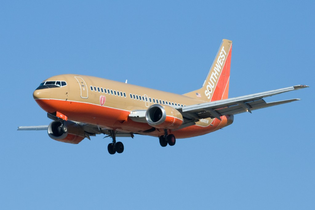 Classic_Colors_Southwest_Airlines_N648SW_Boeing_737-3H4_SJC