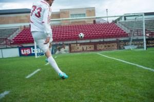 サッカー選手がシュートする画像