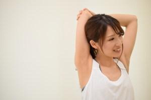 ストレッチしている女性の画像
