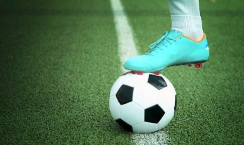 サッカーボールとスパイクの画像