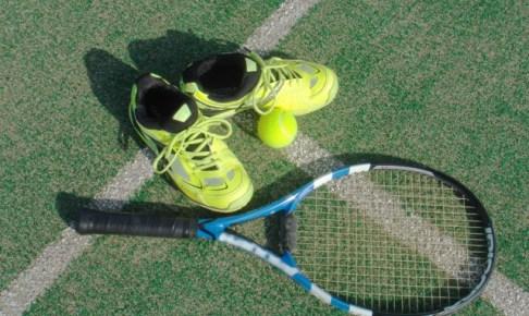テニスラケットとシューズとボールの画像