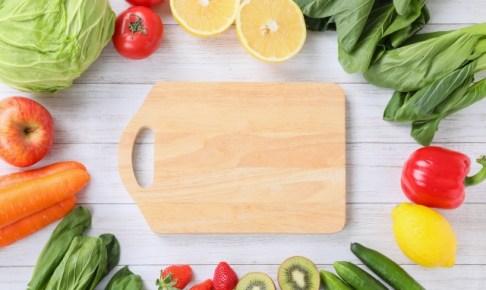 まな板と野菜の画像
