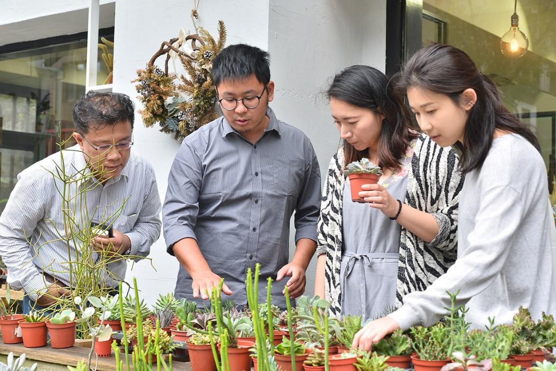 多肉植物養護課程會實際帶領學員一起去挑選多肉植物,可以一下子認識許多多肉植物的品種及辨識的方法,老師就像是一個活圖鑑一樣喔!