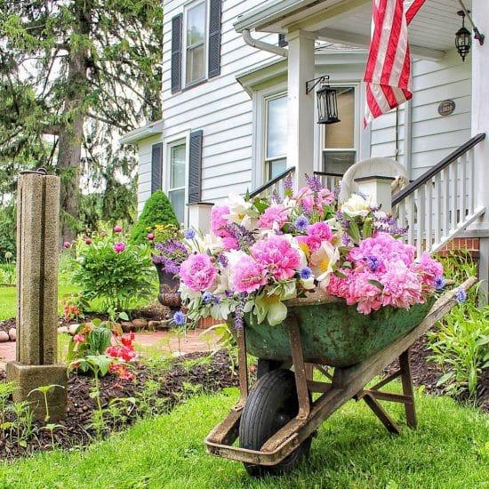 Carretillas con flores para adornar el jardín