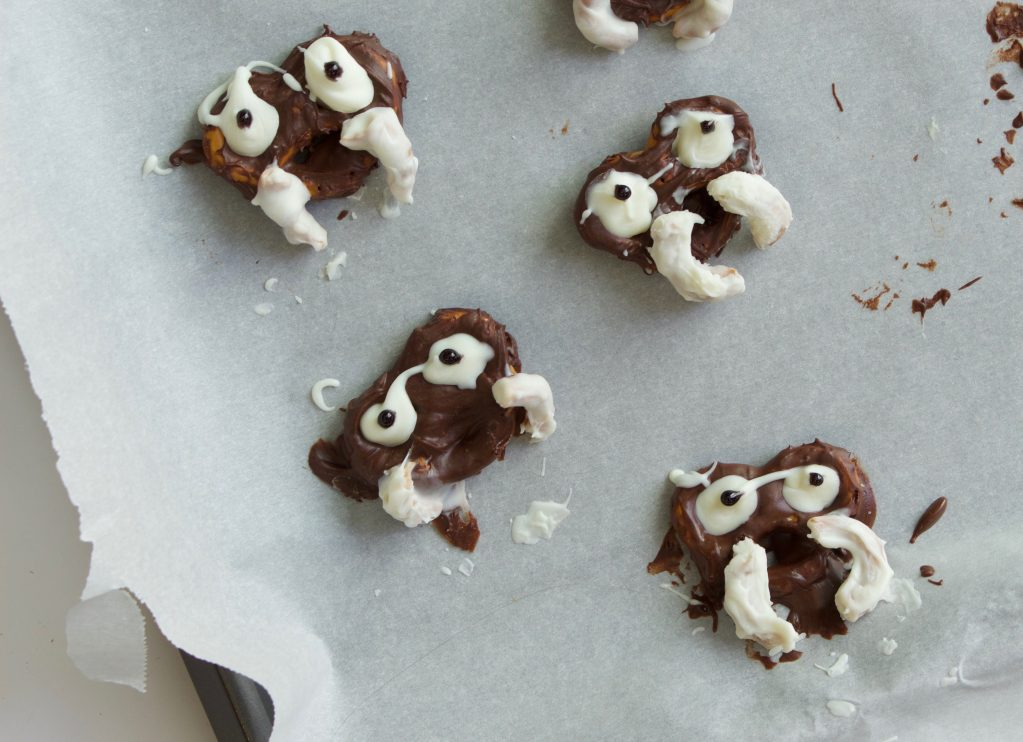 chocolate-covered-pretzels-skulls-halloween