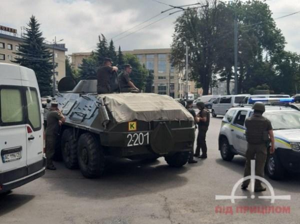Захоплення заручників в центрі Луцька: силовики стягують військову техніку, фото і відео