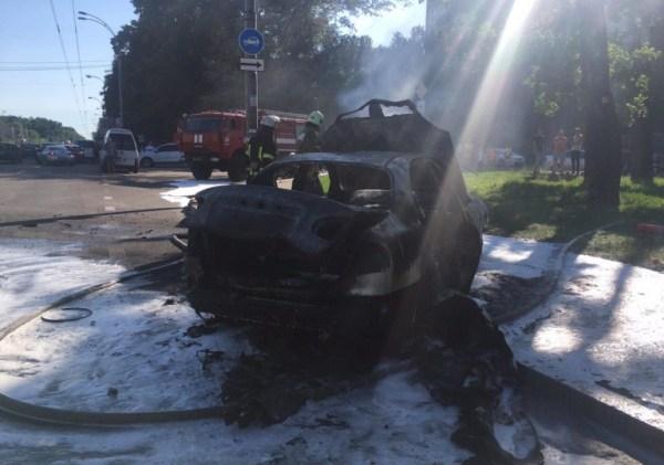 В Киеве сгорел дотла автомобиль, фото / В Украине ...