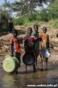 Mali poszukiwacze złota na brzegu rzeki nieopodal Ngauru