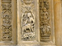 Jeden z detali rzeźbiarskich fasady budynku bramnego