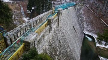 Zabytkowa kamienna zapora w Międzygórzu