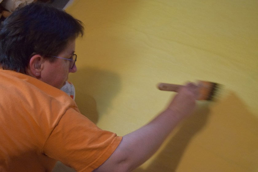 Dyeing paper yellow