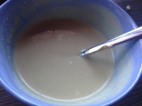 Ein Dressing aus Öl, Balsamico, Senf, Salz und Pfeffer (und einem Schluck Gurkenwasser!)