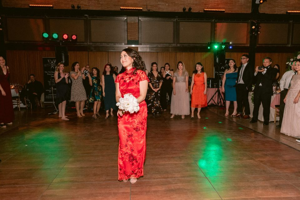 bouquet-toss-wedding-bride-chinese-red-dress-suessmoments