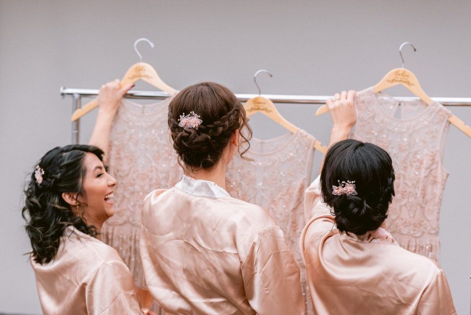 bridesmaids-getting-ready-with-custom-hangers-suessmoments