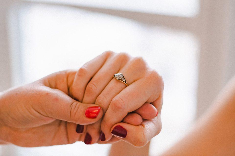 wedding-ring-on-bride-suessmoments