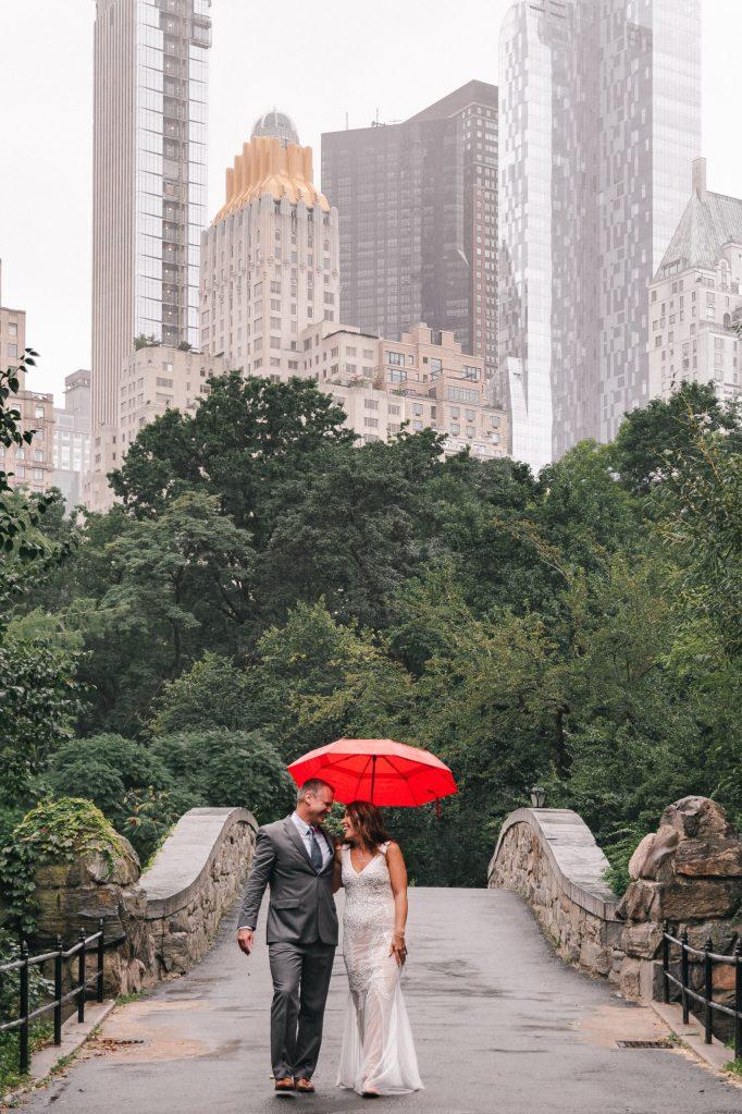 gapstow-bridge-wedding-photos-with-red-umbrella-suessmoments-nyc-photographer