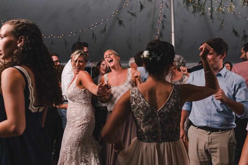 fun-dancing-candids-at-wedding-suessmoments