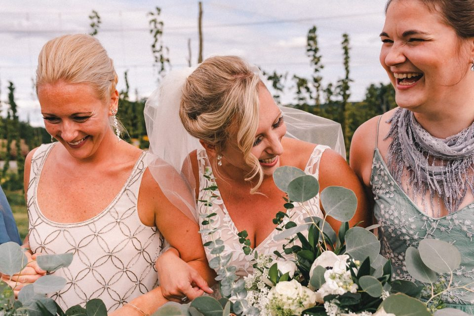 maid-of-honor-candid-wedding-photos-suesmoments