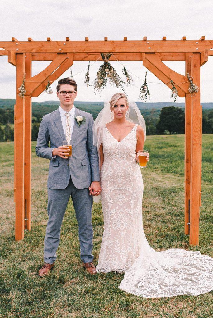 fun-wedding-photos-with-beer-on-farm-suessmoments
