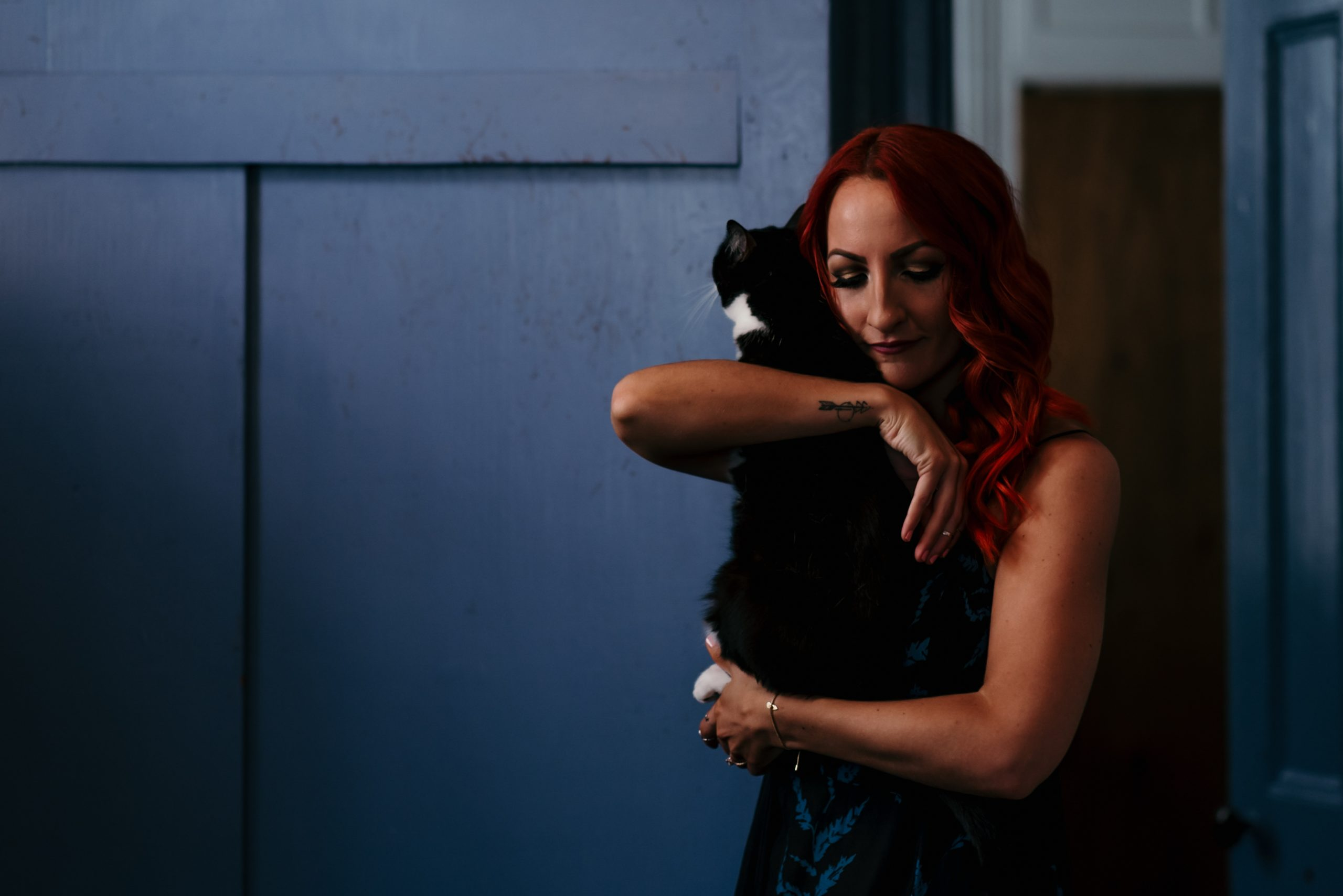 cat-mom-with-red-hair-moody-photo-shoot-brooklyn-photographer-suess-moments