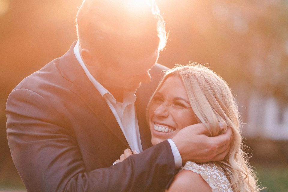 golden-hour-happy-couples-photo-suess-moments