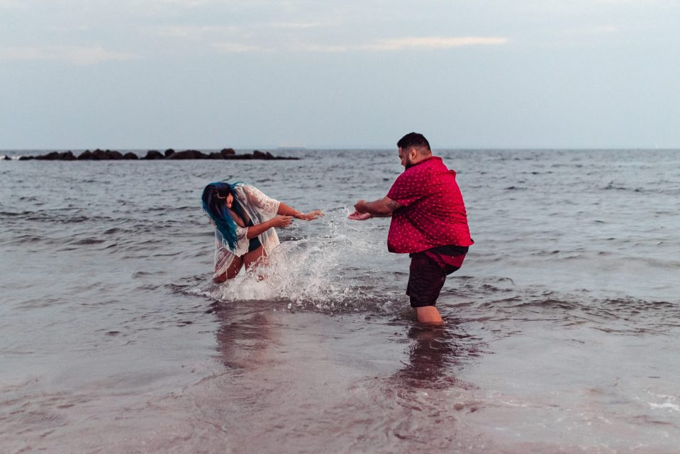 couple-splashing-beach-photos-suessmoments