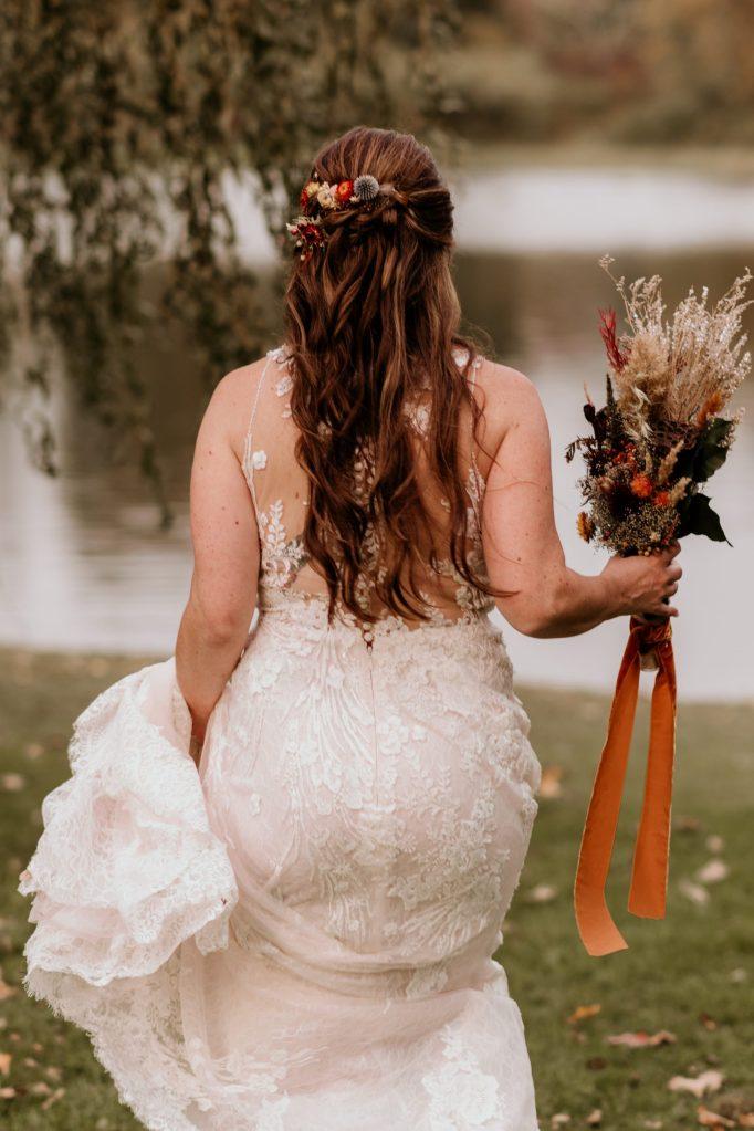 back-of-wedding-dress-suessmoments-wedding-photography