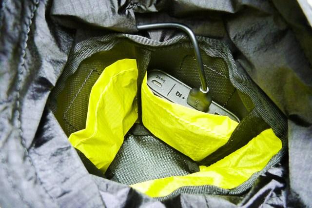内部に2つのポケットを装備。例えばモバイルバッテリーと補給食を別々に入れることが可能。