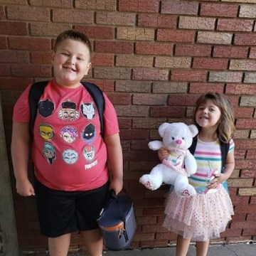 Murdered Pennsylvania children Conner Snyder and Brinley Snyder standing in front of a brick wall