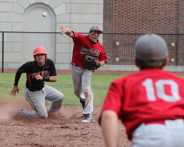 Patrick McFarland tries to turn a double play. (Credit: Daniel De Mato)