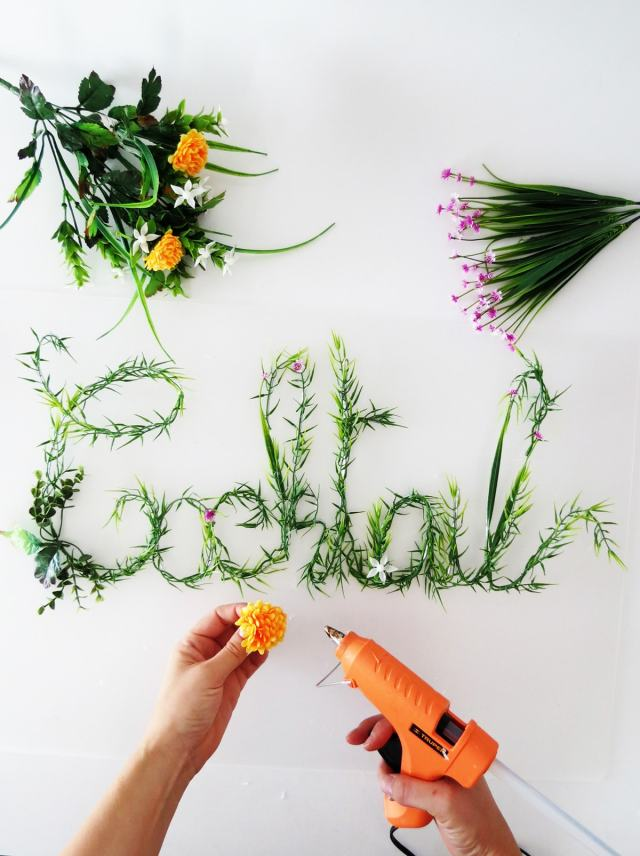 DIY Green foliage sign by Sugar & Cloth, an award winning DIY, entertaining, and home decor blog.