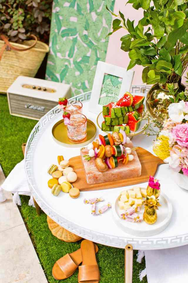 Luxe Poolside Entertaining by Sugar & Cloth, an award winning DIY, home decor, and recipes blog.