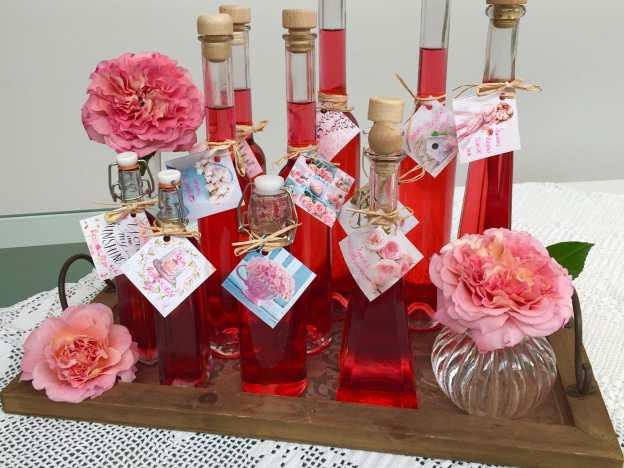 Rosensirup in Flaschen