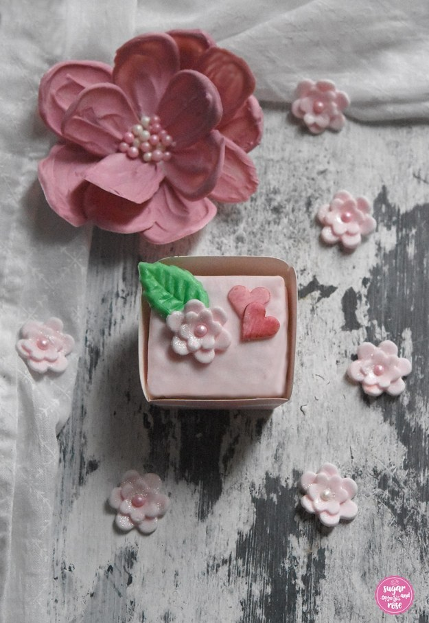 Eierlikör-Punschkrapferl mit rosa Schokoladenblüte
