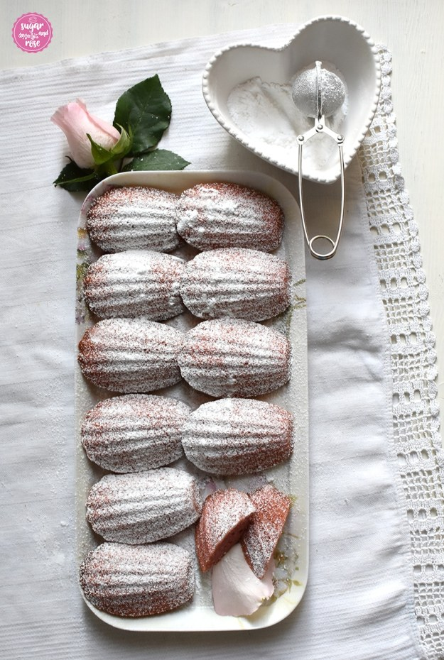 Madeleines auf einer länglichen Platte mit Zuckerschale