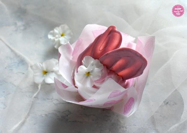 Cupcakes mit rosa Schokoladenflügel und Stiefmütterchen