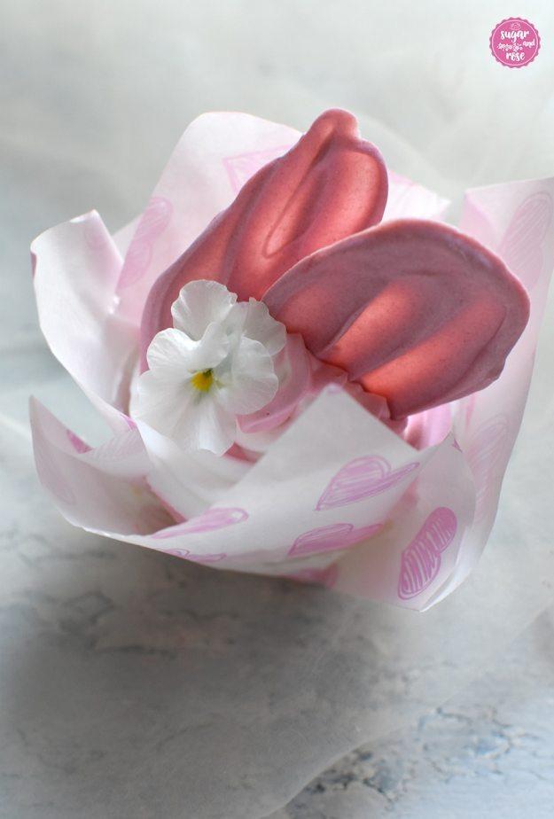 Brushstroke-Cupcake mit rosa Schokoladenflügel