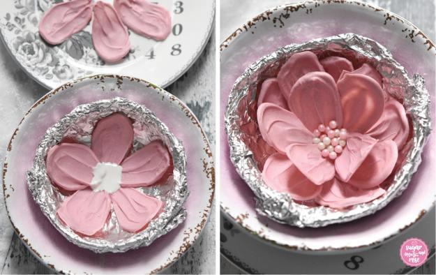 Formen einer Schokoladenblüte mit Hilfe einer kleinen Schale und Alufolie