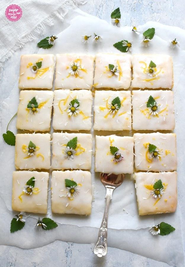 Lemonies mit Zuckerguss und Gänseblümchen und einem Tortenheber