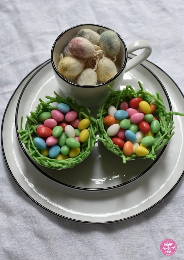 Essbares Osternest mit Baisereiern gefüllt auf einem Teller mit Schale