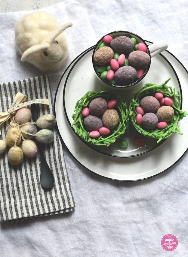Zwei Osternester mit Lindt-Eiern gefüllt und einem Dekoosterhasen aus weißer Wolle